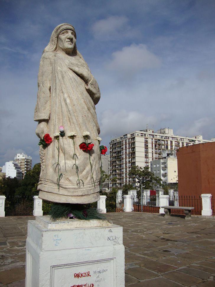 Estatua de la Madre Teresa de Calcuta en el Parque Lezama, Buenos Aires, Argentina.
