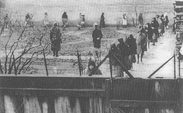 Las Creadoras de ángeles de Nagyrév en el patio de la prisión en Tiszazugi.