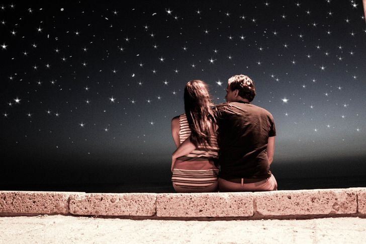 pareja cielo estrellado