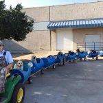 Anciano construye un tren para pasear a nueve perros que salvó de las calles
