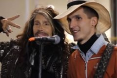 Steven Tyler acompaña a cantante callejero con canción de Aerosmith