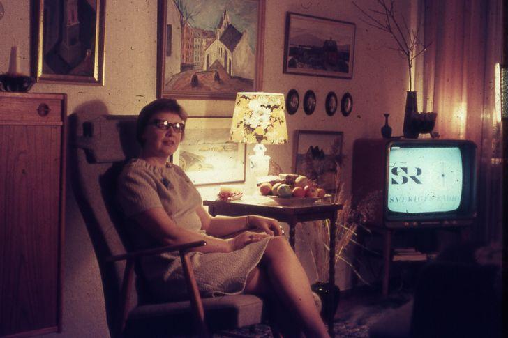 abuela viendo novela