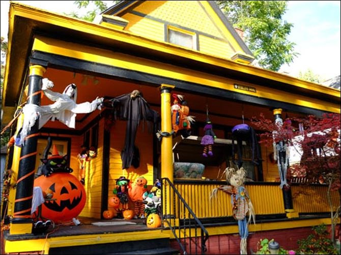 17 casas decoradas espectacularmente para halloween for Las mejores decoraciones de casas