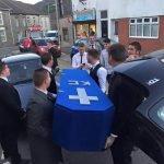 """Grupo organiza falso """"funeral"""" al amigo que los cambió por la novia"""