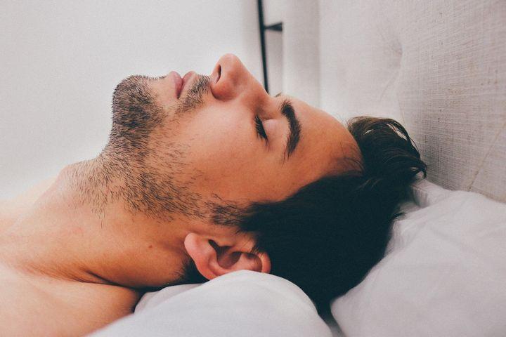 hombre dormido bocarriba