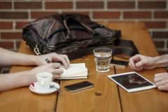 No es saludable tocar el celular durante una comida