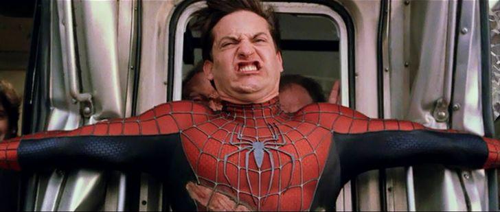 spiderman detiene el tren
