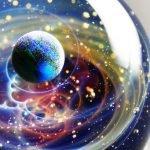 Colgantes de cristal que parecen guardar planetas y galaxias