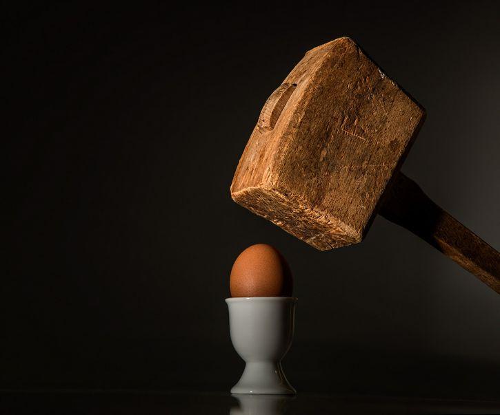 huevo contra un mazo
