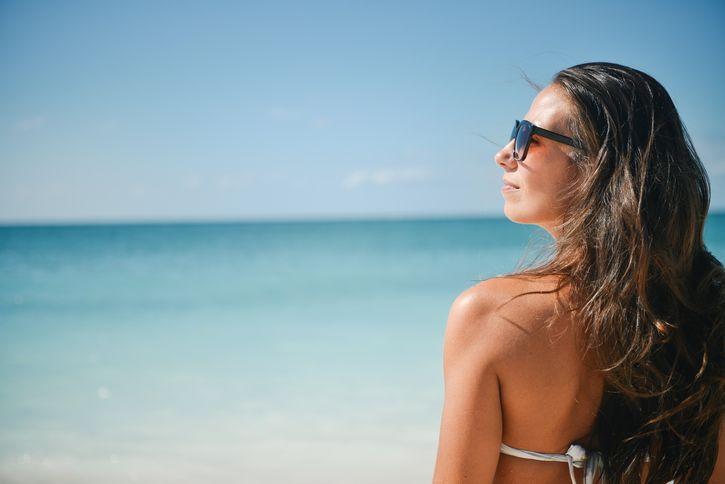 mujer viendo al sol lentes