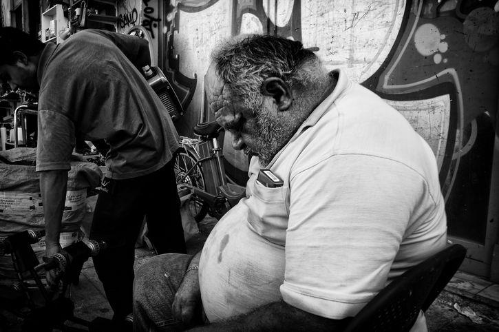 anciano gordo dormido