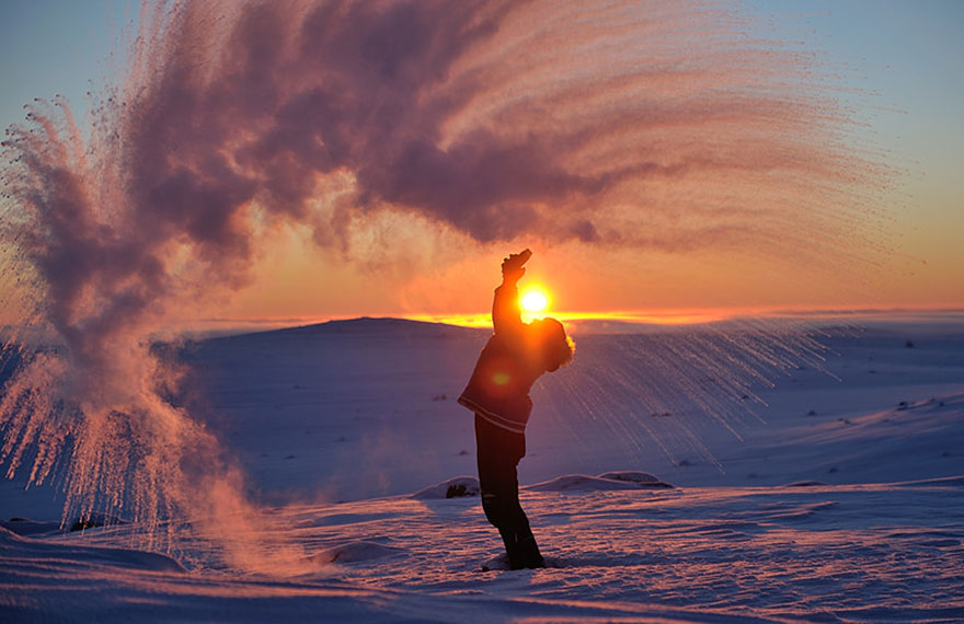 Lanzando Té Hirviendo Frente A Una Puesta De Sol En El