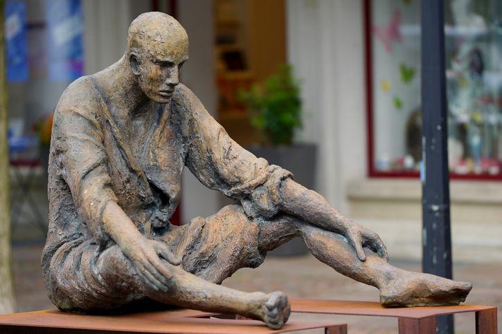 hombre cansado estatua