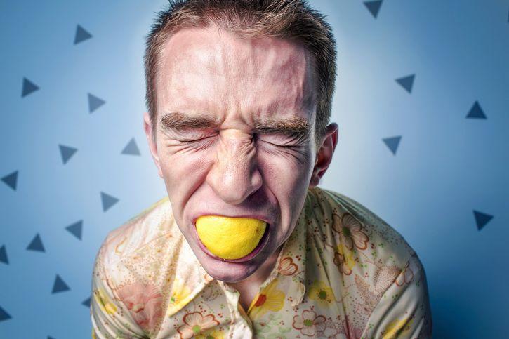 hombre estresado limon boca