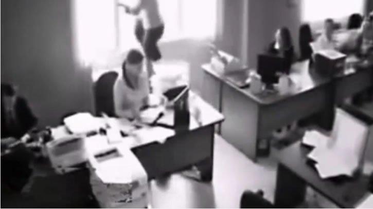 mujer lanza por la ventana