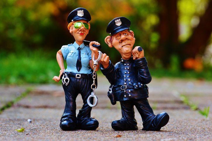 policias enojados figuras