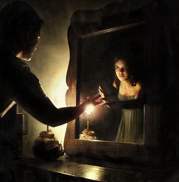 Resultado de imagen de La luz de la vela reflejada en el espejo