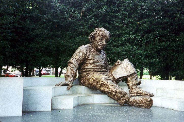 Albert Einstein meditando estatua