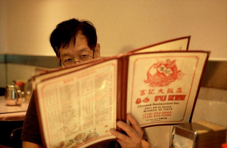leyende el menu restaurante