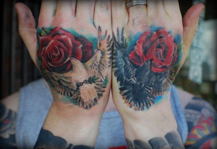 manos tatuajes palomas
