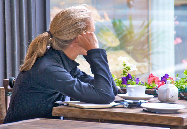 mujer sola en cafeteria