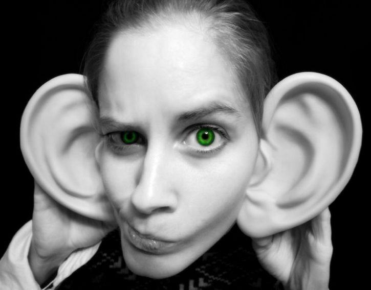 orejona escuchando