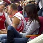 Hombre es humillado por amiga durante una kiss cam, pero lo salva una extraña