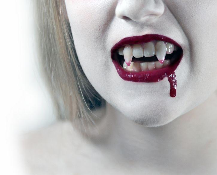 mujer vampiro colmillo sangre