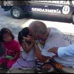 Exhiben a hombre que besaba niñas en la boca en vía pública, los padres lo solapan