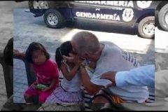 Exhiben a hombre que besaba niñas en la boca en vía pública, los padres lo solap...