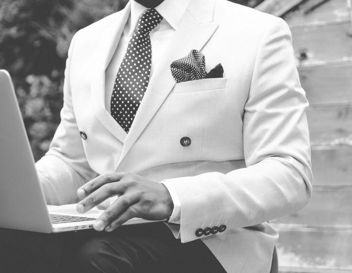 hombre con traje elegante