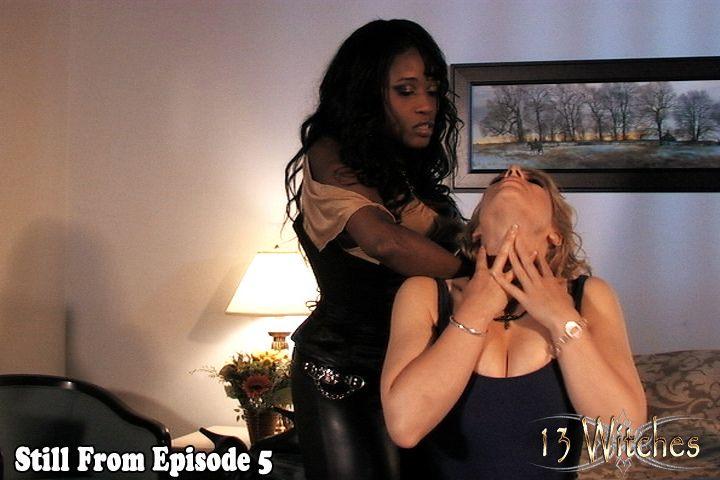 mujer estrangulando