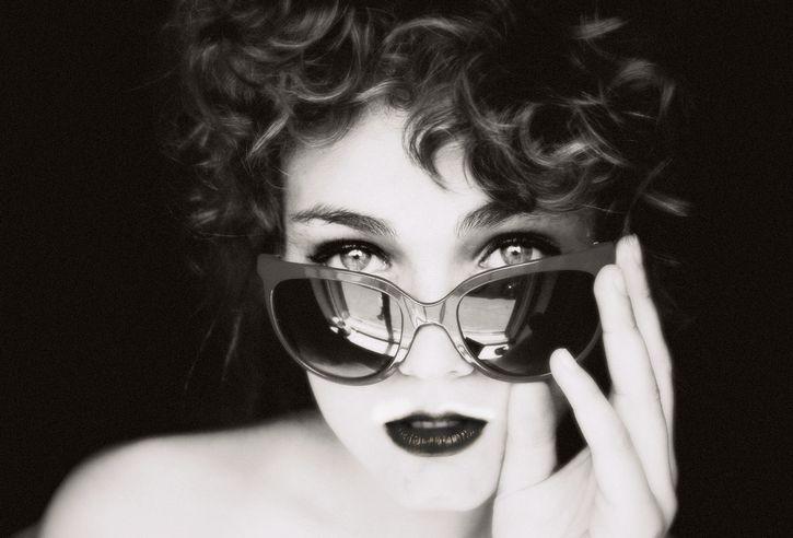 mujer ojos hermosos lentes