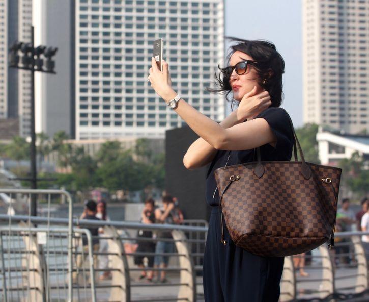 mujer tomandose selfie