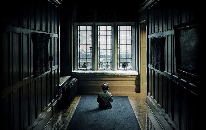 niño habitacion oscura