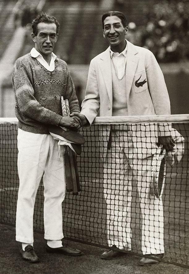 Henri Cochet y René Lacoste, en esta foto ya es posible apreciar el mítico cocodrilo del tenista.