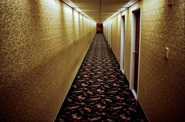 repeticion pasillo hotel