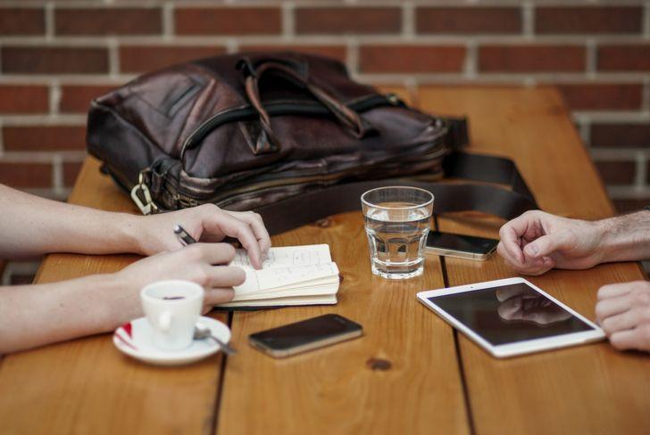 amigos conversando bebiendo café