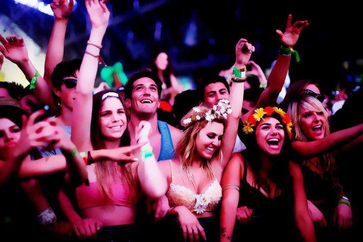 jovenes de fiesta en rave