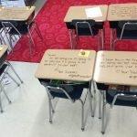 Profesora incentiva a sus alumnos antes del examen con mensajes en las butacas