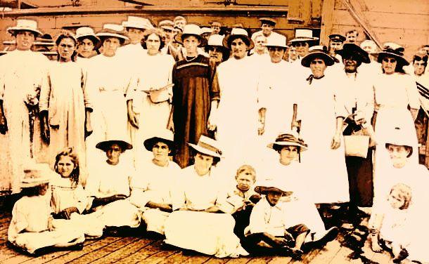 mujeres y niños en la Isla Pitcairn