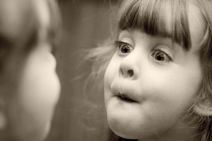 niña mirandose al espejo rostro
