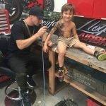Artista tatúa a niños de un hospital para alegrarles un poco la vida