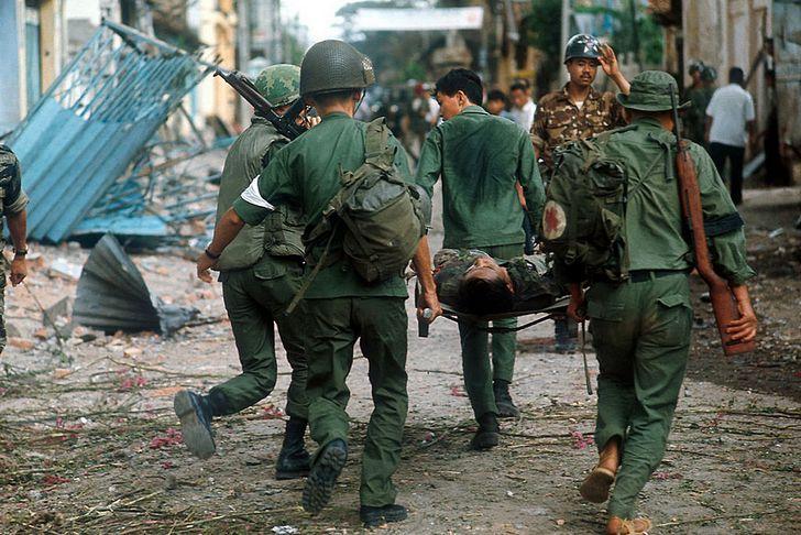 soldados cargando a herido