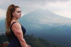Julia Vins, una mujer tan linda como temible