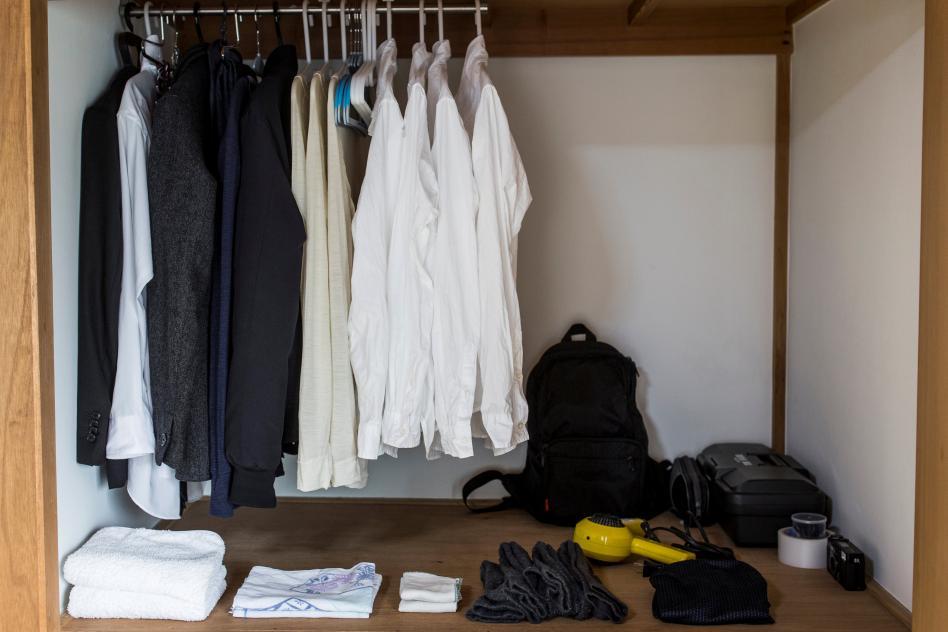 armario con poca ropa bien organizada