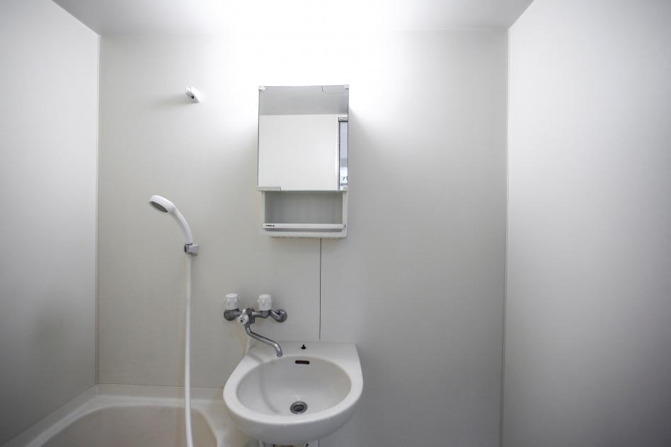 baño blanco minimalista