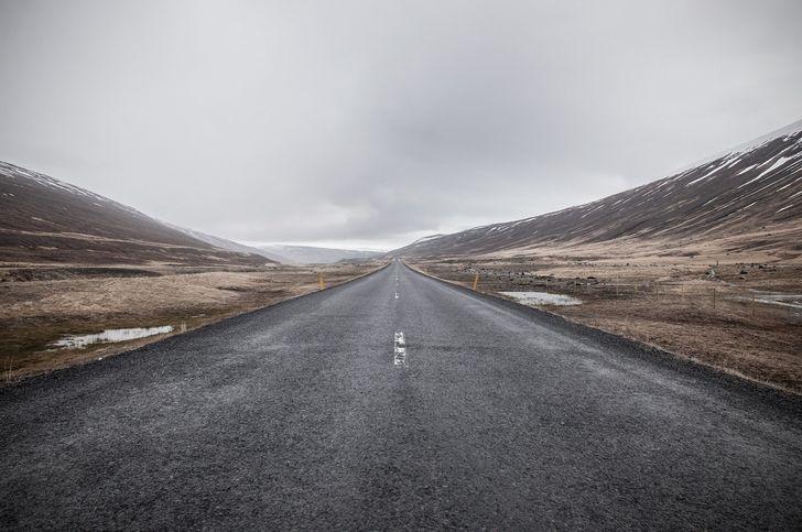 carretera tranquila y nublada