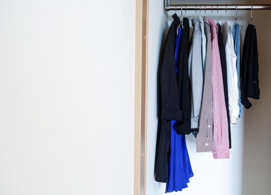 closet con pocas piezas de ropa