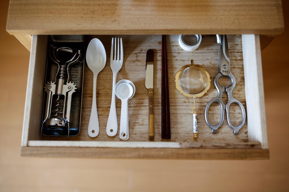 gaveta con pocos utencilios de cocina